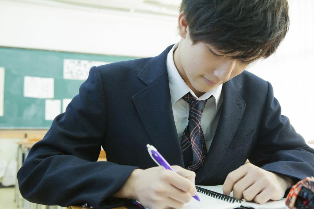 模試を勉強する生徒