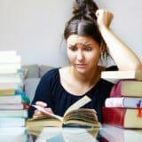 勉強に悩む女性